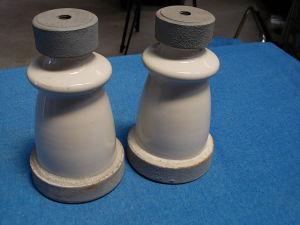 Coppia isolatori porcellana con base metallica