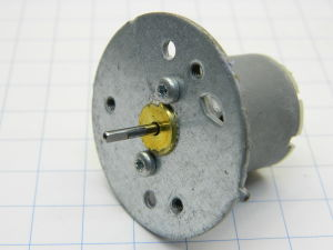 Motore magneti permanenti 12Vdc 100mA 2000rpm  con flangia fissaggio