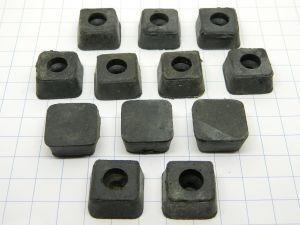 Piedini in gomma anti vibrazione mm. 20x20x10 , foro fissaggio mm. 5 (n.12 pezzi)