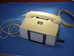 Telefono intercomunicante a batteria con chiamata a manovella.
